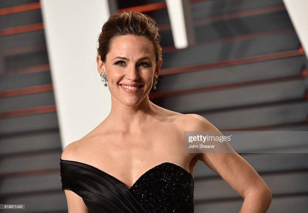 Actress <a gi-track='captionPersonalityLinkClicked' href=/galleries/search?phrase=Jennifer+Garner&family=editorial&specificpeople=201813 ng-click='$event.stopPropagation()'>Jennifer Garner</a> arrives at the 2016 Vanity Fair Oscar Party Hosted By Graydon Carter at Wallis Annenberg Center for the Performing Arts on February 28, 2016 in Beverly Hills, California.