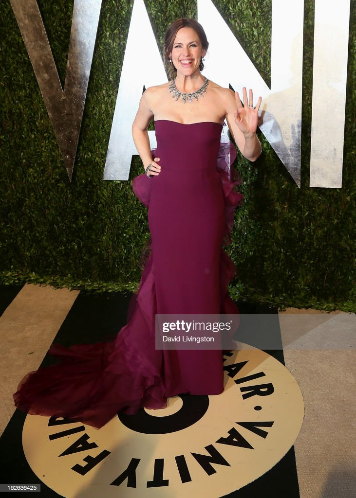 Actress <a gi-track='captionPersonalityLinkClicked' href=/galleries/search?phrase=Jennifer+Garner&family=editorial&specificpeople=201813 ng-click='$event.stopPropagation()'>Jennifer Garner</a> attends the 2013 Vanity Fair Oscar Party at the Sunset Tower Hotel on February 24, 2013 in West Hollywood, California.