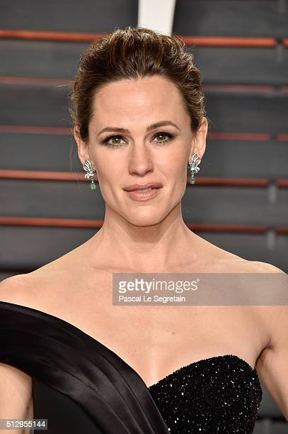 Actress Jennifer Garner attends the 2016 Vanity Fair Oscar Party Hosted By Graydon Carter at the Wallis Annenberg Center for the Performing Arts on...