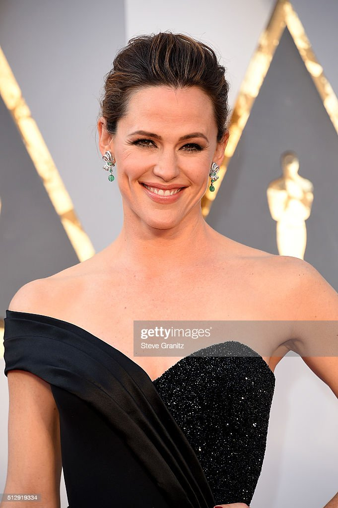 Actress <a gi-track='captionPersonalityLinkClicked' href=/galleries/search?phrase=Jennifer+Garner&family=editorial&specificpeople=201813 ng-click='$event.stopPropagation()'>Jennifer Garner</a> attends the 88th Annual Academy Awards at Hollywood & Highland Center on February 28, 2016 in Hollywood, California.