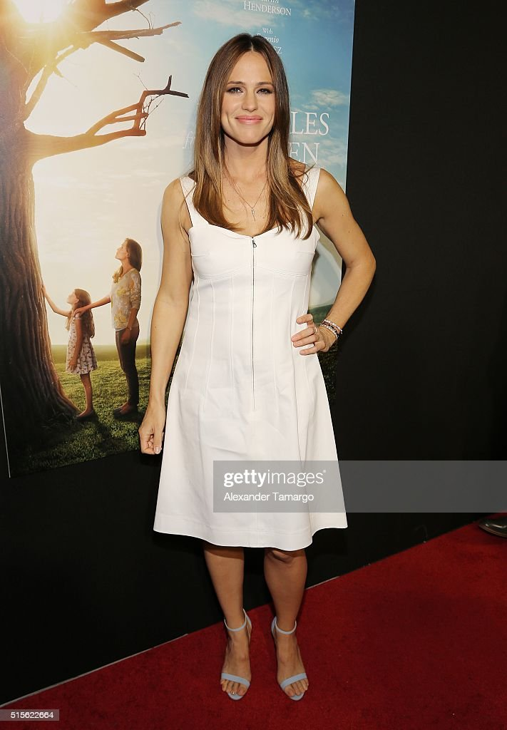 Actress <a gi-track='captionPersonalityLinkClicked' href=/galleries/search?phrase=Jennifer+Garner&family=editorial&specificpeople=201813 ng-click='$event.stopPropagation()'>Jennifer Garner</a> is seen arriving to the premiere of the movie 'Miracles From Heaven' at Regal South Beach on March 14, 2016 in Miami Beach, Florida.