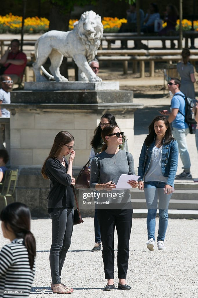 Actress Jennifer Garner (C) is seen strolling at 'Jardins du Luxembourg' on May 6, 2016 in Paris, France.