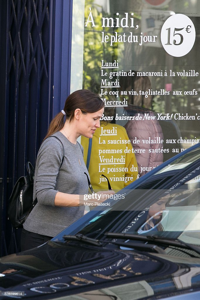 Actress Jennifer Garner leaves the 'Coq Rico' restaurant in the Montmartre quarter on May 6, 2016 in Paris, France.