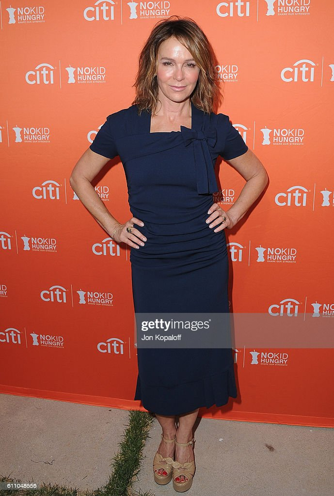 Actress Jennifer Grey arrives at the Los Angeles' No Kid Hungry Dinner on September 28, 2016 in Los Angeles, California.