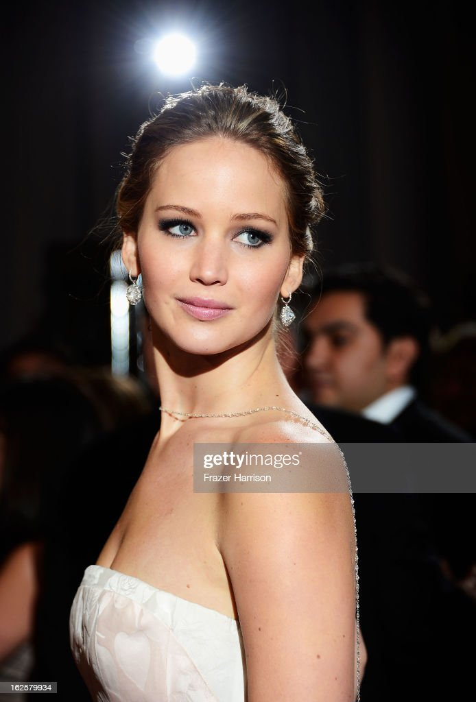 Actress <a gi-track='captionPersonalityLinkClicked' href=/galleries/search?phrase=Jennifer+Lawrence&family=editorial&specificpeople=1596040 ng-click='$event.stopPropagation()'>Jennifer Lawrence</a> arrives at the Oscars at Hollywood & Highland Center on February 24, 2013 in Hollywood, California.