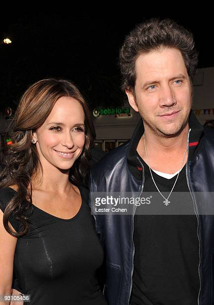 Actress Jennifer Love Hewitt and actor Jamie Kennedy arrive at the premiere of Summit Entertainment's 'The Twilight Saga New Moon' on November 16...