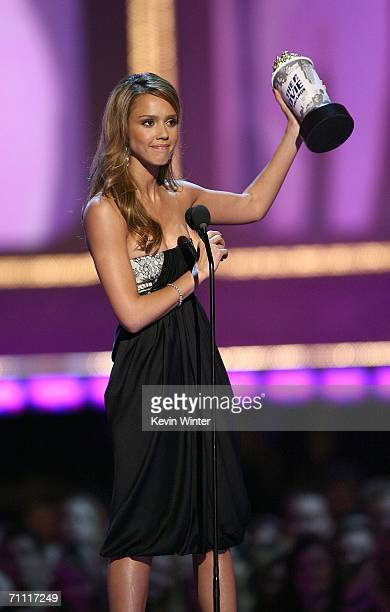 Actress Jessica Alba accepts the award for 'Sexiest Performance' onstage at the 2006 MTV Movie Awards at Sony Pictures Studio on June 32006 in Culver...