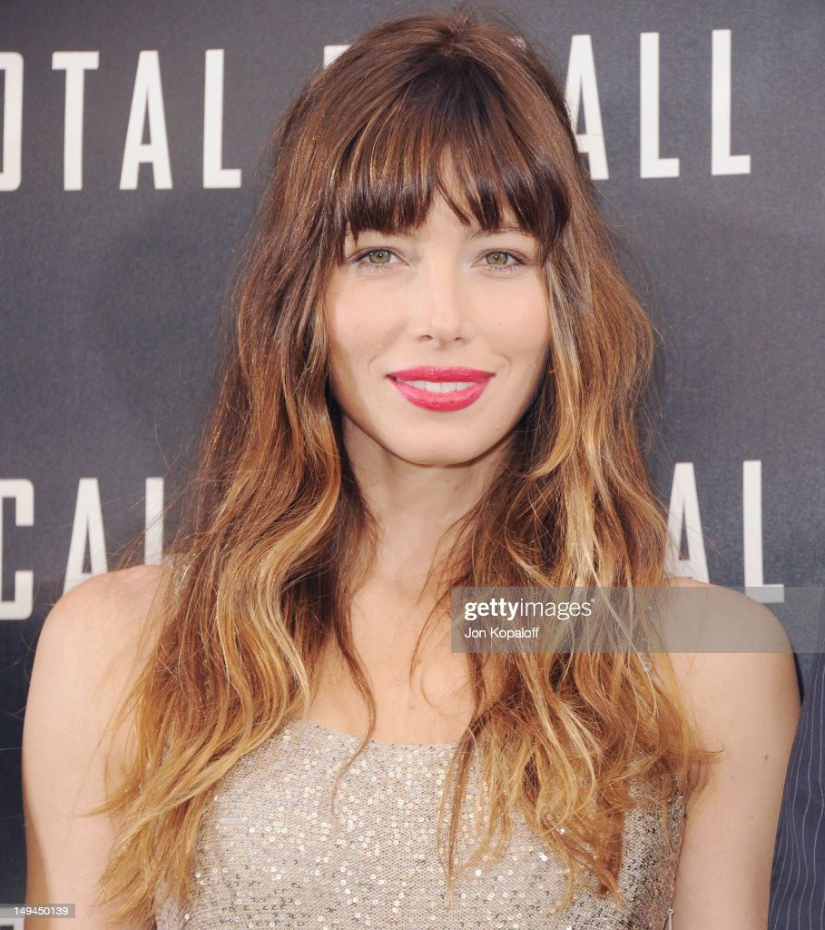 actress jessica biel poses at the photo call for columbia pictures total recall at