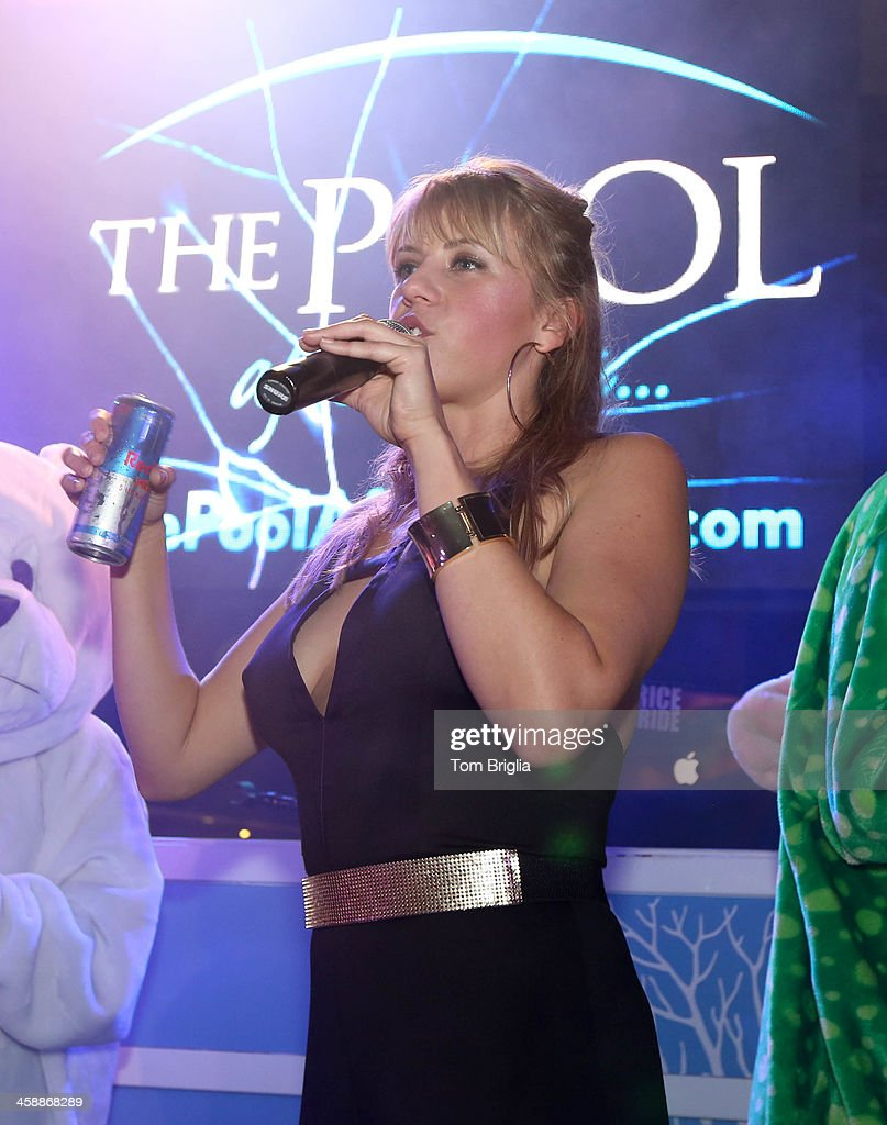 Jodie sweetin hosts the pool after dark at harrah 39 s resort for Pool show new jersey