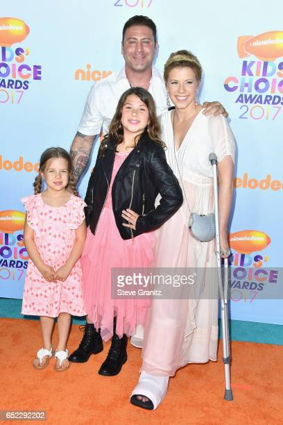 Actress Jodie Sweetin Justin Hodak and daughters Beatrix Carlin Sweetin Coyle and Zoie Laurel May Herpin at Nickelodeon's 2017 Kids' Choice Awards at...