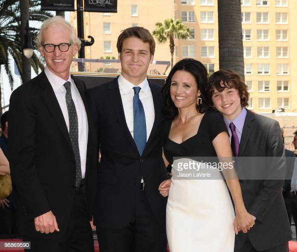 Julia Louis Dreyfus Husband: Julia Louis Dreyfus Sons Stock Photos And Pictures