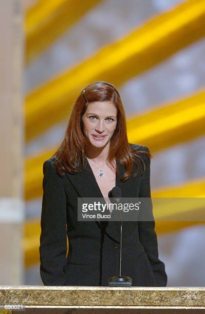 Actress Julia Roberts accepts her Favorite Motion Picture Actress award during the 28th Annual Peoples Choice Awards at the Pasadena Civic Center...