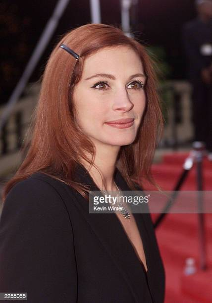 Actress Julia Roberts arrives at the 28th Annual People's Choice Awards held at the Pasadena Civic Auditorium in Los Angeles Ca Jan 13 2001