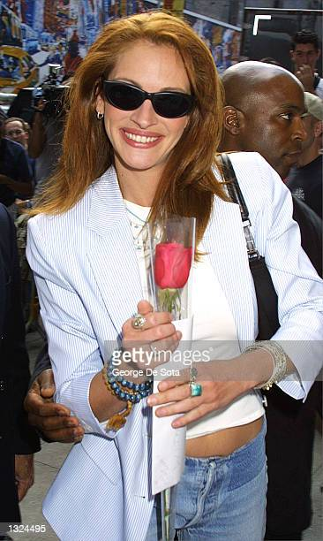 Actress Julia Roberts arrives at the Ed Sullivan Theater to appear as a guest on the Late Show with David Letterman July 10 2001 in New York City