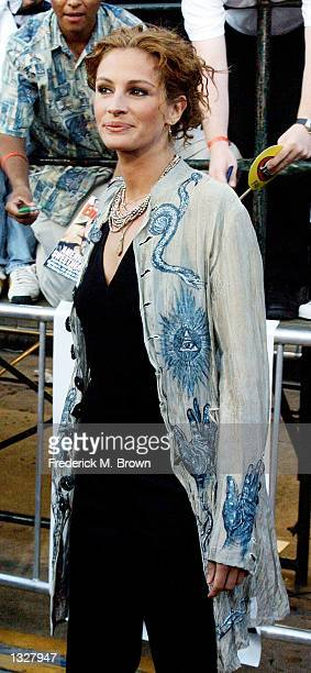 Actress Julia Roberts arrives at the film premiere of 'America''s Sweethearts' July 17 2001 in Los Angeles CA