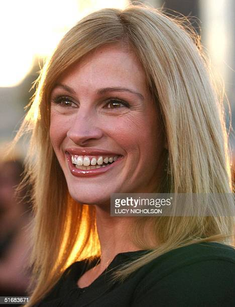 US actress Julia Roberts arrives at the premiere of her film 'Full Frontal' in Beverly Hills CA 23 July 2002 The film is directed by Steven...