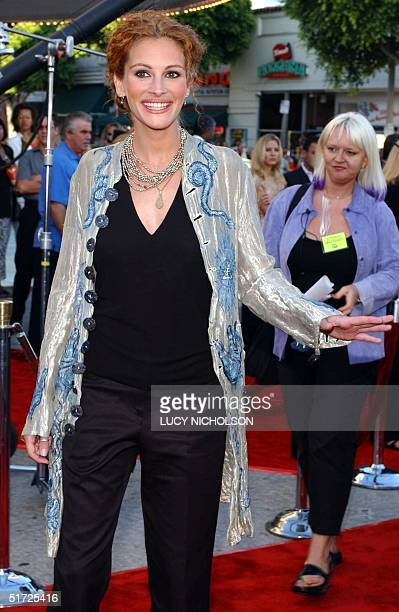 US actress Julia Roberts arrives at the premiere of her new film 'America's Sweethearts' 17 July 2001 in Los Angeles CA The film also stars Catherine...