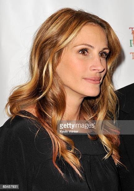 actress julia roberts arrives at the reading of the world of nick adams to