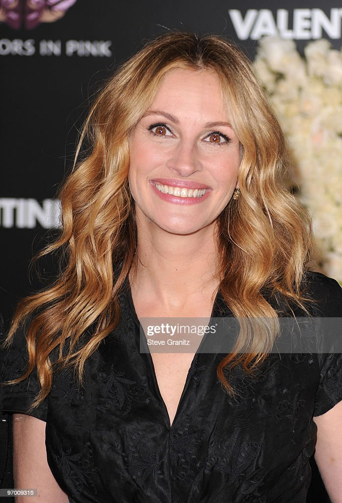 Actress Julia Roberts arrives at the 'Valentine's Day' Los Angeles premiere held at Grauman's Chinese Theatre on February 8, 2010 in Hollywood, California.