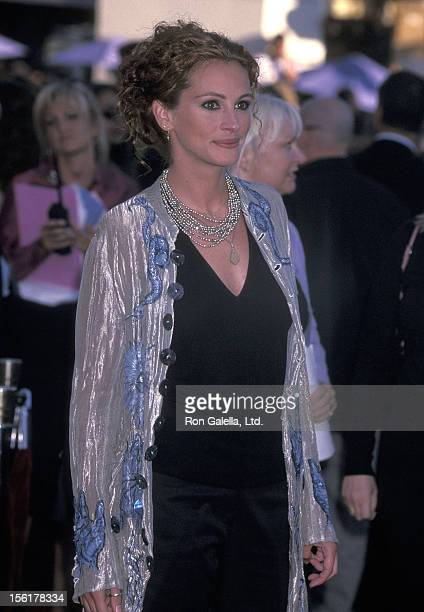 Actress Julia Roberts attends the 'America's Sweethearts' Westwood Premiere on July 17 2001 at Mann Village/Mann Bruin Theatres in Westwood California