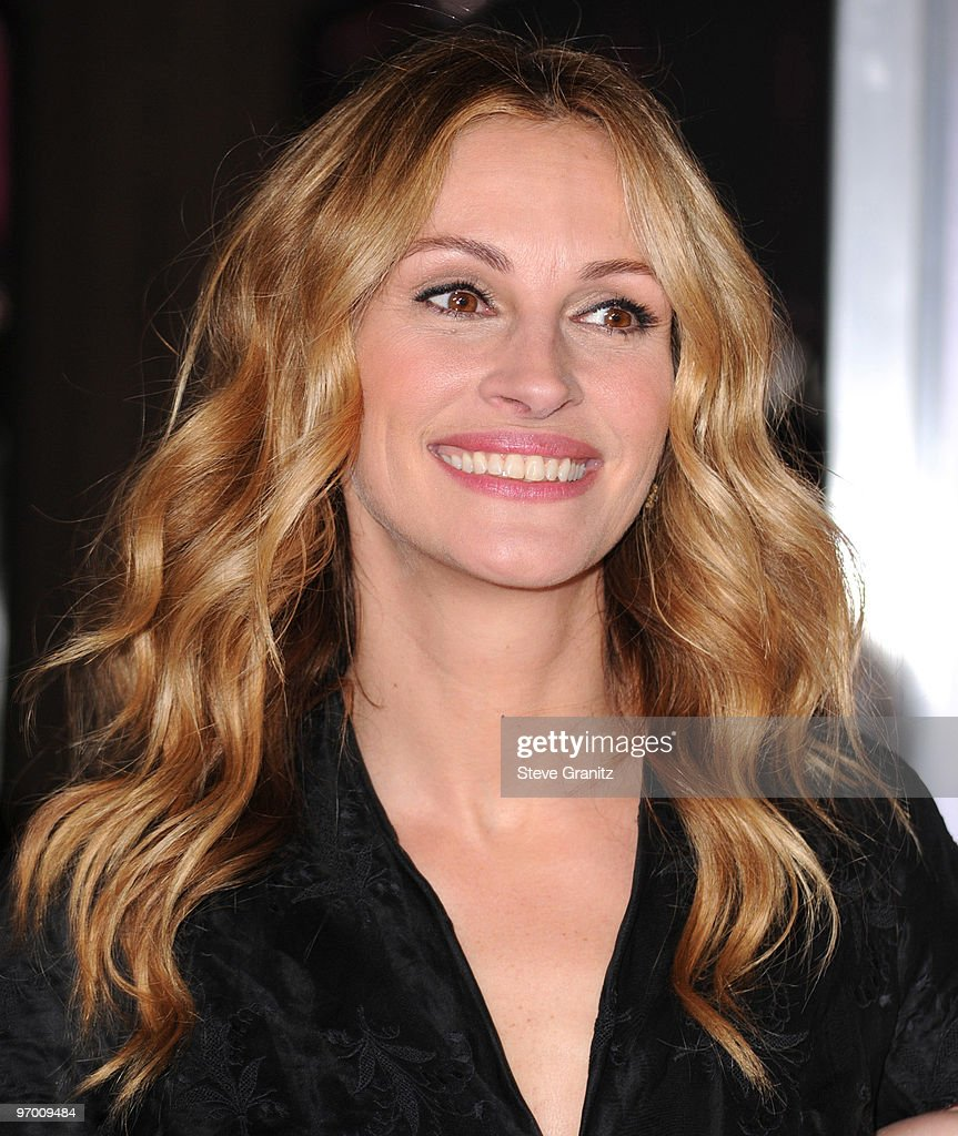 Actress Julia Roberts attends the 'Valentine's Day' Los Angeles Premiere at Grauman's Chinese Theatre on February 8, 2010 in Hollywood, California.