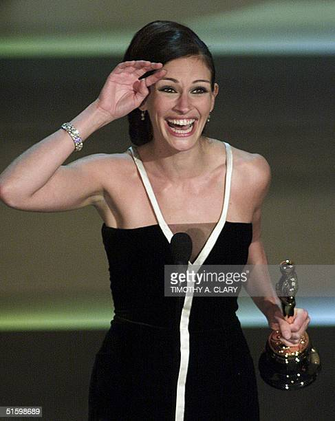 Actress Julia Roberts celebrates her Oscar win for Best Actress for her role in 'Erin Brokovich' at the 73rd Annual Academy Awards at the Shrine...