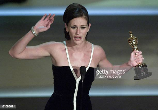 Actress Julia Roberts holds her Oscar for Best Actress for her role in 'Erin Brokovich' at the 73rd Annual Academy Awards at the Shrine Auditorium in...