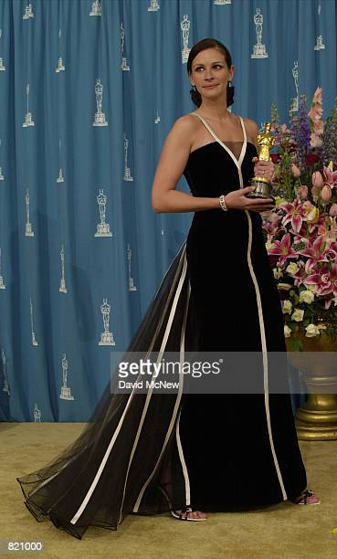 Actress Julia Roberts poses for photographers during the 73rd Annual Academy Awards March 25 2001 at the Shrine Auditorium in Los Angeles Roberts is...