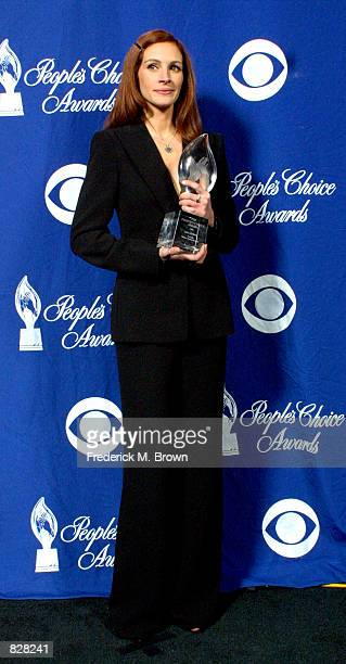 Actress Julia Roberts poses with her Favorite Motion Picture Actress award poses during the 28th Annual People's Choice Awards at the Pasadena Civic...