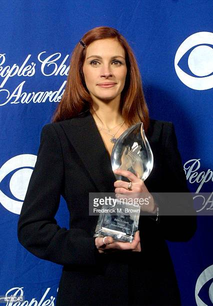 Actress Julia Roberts poses with her Favorite Motion Picture Actress award during the 28th Annual People's Choice Awards at the Pasadena Civic Center...