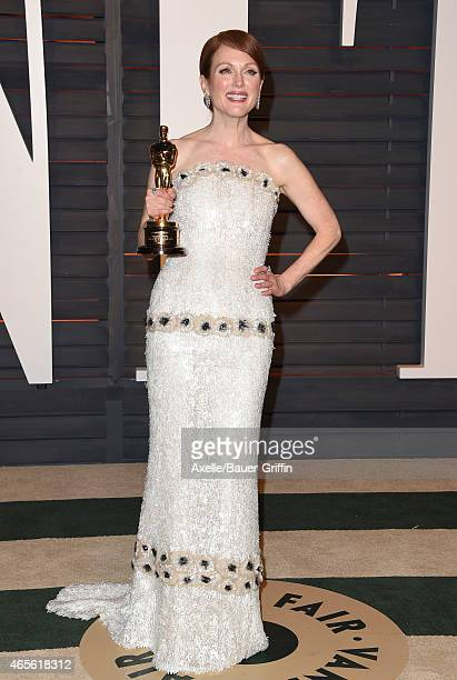 Actress Julianne Moore arrives at the 2015 Vanity Fair Oscar Party Hosted By Graydon Carter at Wallis Annenberg Center for the Performing Arts on...