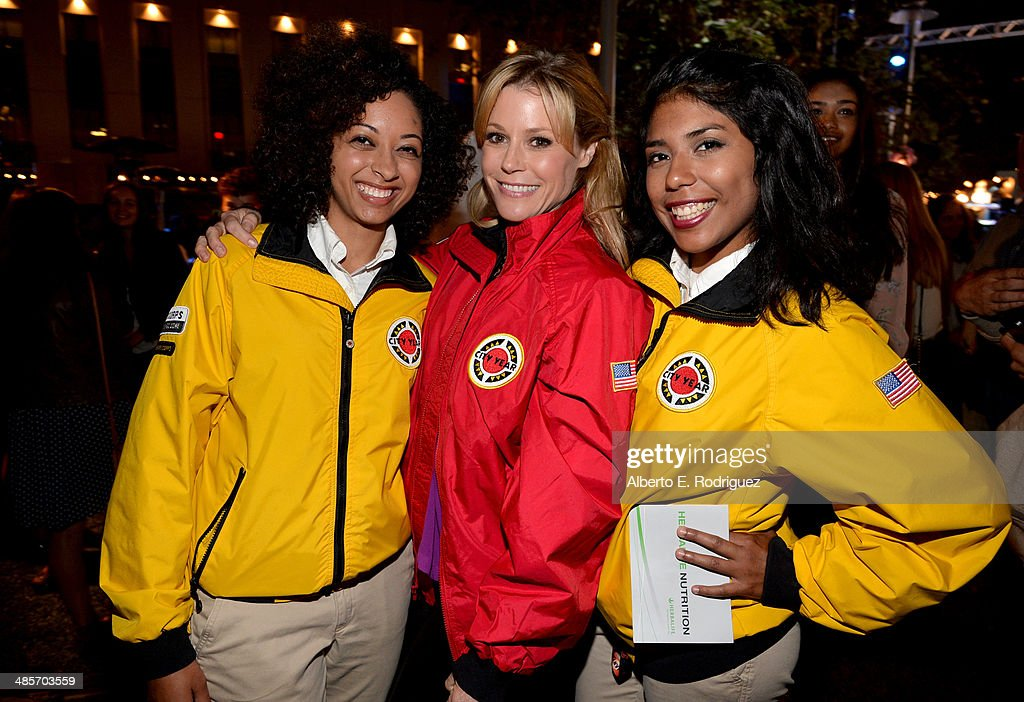 Actress <a gi-track='captionPersonalityLinkClicked' href=/galleries/search?phrase=Julie+Bowen&family=editorial&specificpeople=244057 ng-click='$event.stopPropagation()'>Julie Bowen</a> (C) and City Year Los Angeles AmeriCorps members attend the City Year Los Angeles 'Spring Break' Fundraiser at Sony Studios on April 19, 2014 in Los Angeles, California.