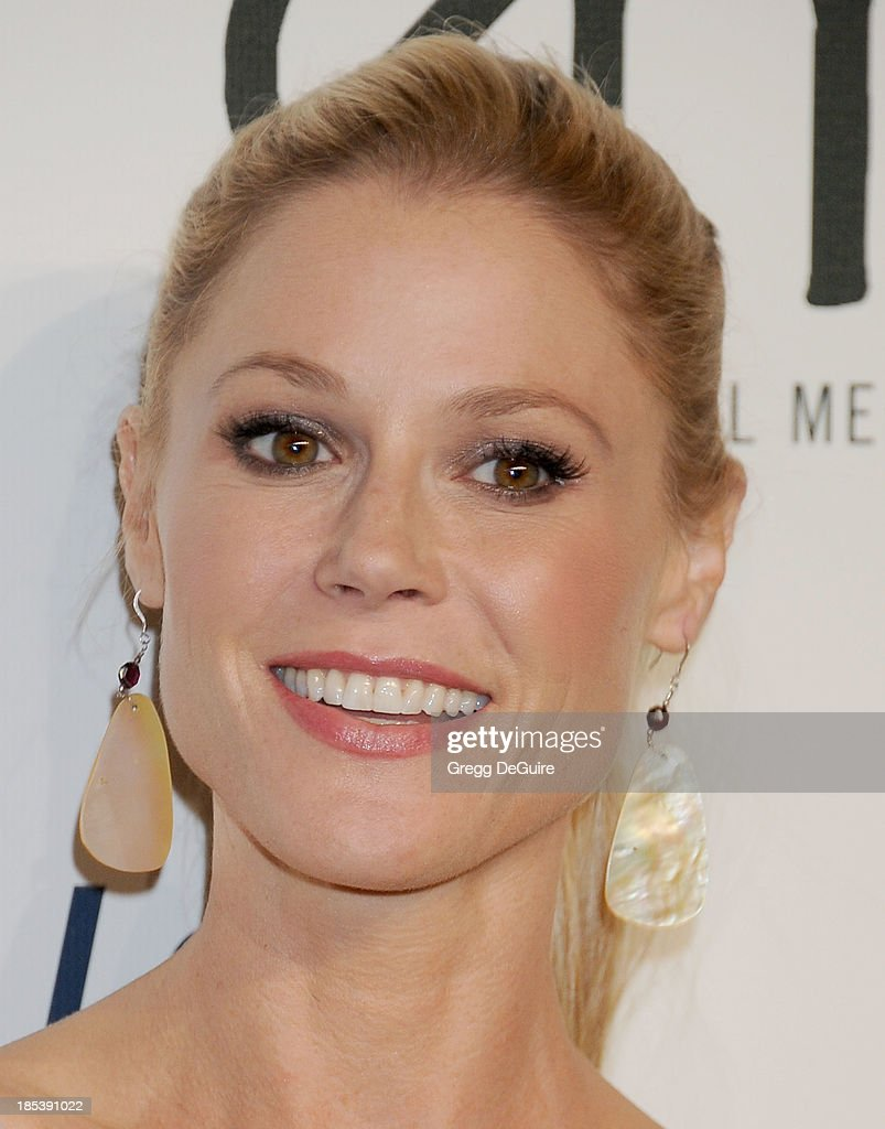 Actress <a gi-track='captionPersonalityLinkClicked' href=/galleries/search?phrase=Julie+Bowen&family=editorial&specificpeople=244057 ng-click='$event.stopPropagation()'>Julie Bowen</a> arrives at the 2013 Environmental Media Awards at Warner Bros. Studios on October 19, 2013 in Burbank, California.