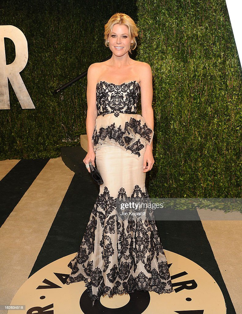 Actress <a gi-track='captionPersonalityLinkClicked' href=/galleries/search?phrase=Julie+Bowen&family=editorial&specificpeople=244057 ng-click='$event.stopPropagation()'>Julie Bowen</a> attends the 2013 Vanity Fair Oscar party at Sunset Tower on February 24, 2013 in West Hollywood, California.