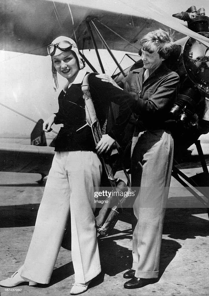 Actress June Travis (left) takes flying lessons from the famous aviator Amelia Earhart. California. About 1930. Photograph. (Photo by Imagno/Getty Images) Schauspielerin June Travis (links) nimmt Flugstunden bei der berühmten Flugpionierin Amelia Earhart. Kalifornien. Um 1930. Photographie.
