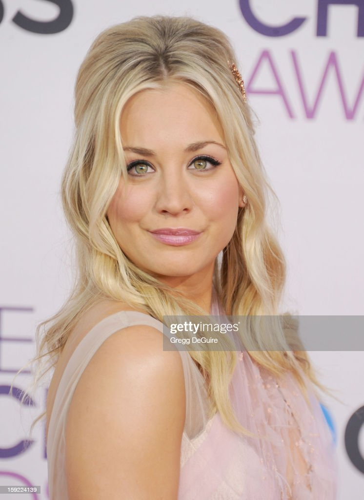 Actress <a gi-track='captionPersonalityLinkClicked' href=/galleries/search?phrase=Kaley+Cuoco&family=editorial&specificpeople=208988 ng-click='$event.stopPropagation()'>Kaley Cuoco</a> arrives at the 2013 People's Choice Awards at Nokia Theatre L.A. Live on January 9, 2013 in Los Angeles, California.