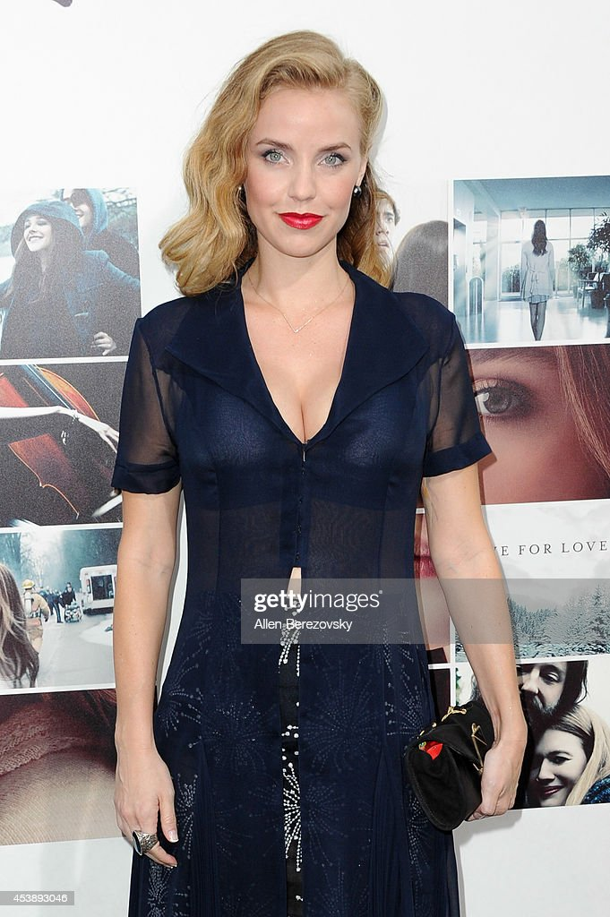 Actress Kelli Garner arrives at the Los Angeles Premiere of 'If I Stay' at TCL Chinese Theatre on August 20, 2014 in Hollywood, California.