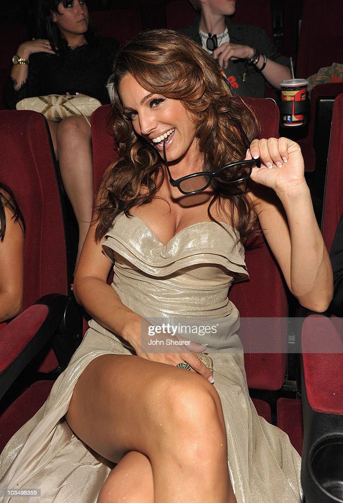 Actress <a gi-track='captionPersonalityLinkClicked' href=/galleries/search?phrase=Kelly+Brook&family=editorial&specificpeople=206582 ng-click='$event.stopPropagation()'>Kelly Brook</a> attends the Weinstein Company 'Piranha 3D' premiere at Mann Chinese 6 on August 18, 2010 in Hollywood, California.