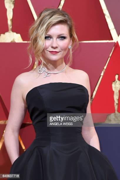 US actress Kirsten Dunst poses as she arrives on the red carpet for the 89th Oscars on February 26 2017 in Hollywood California / AFP / ANGELA WEISS