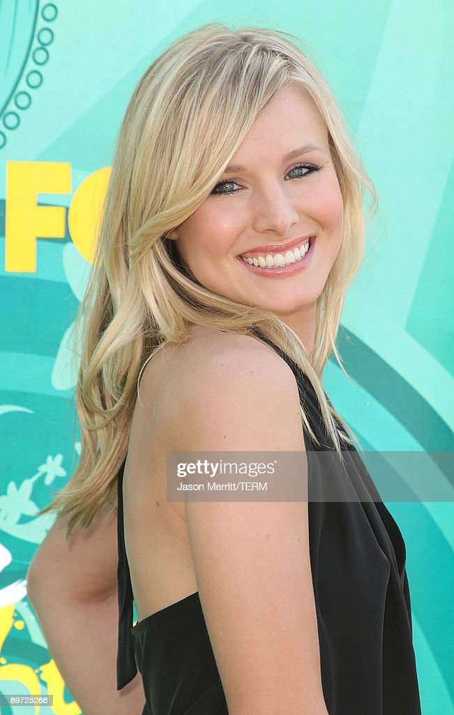 Actress Kristen Bell arrives at the 2009 Teen Choice Awards held at Gibson Amphitheatre on August 9, 2009 in Universal City, California.