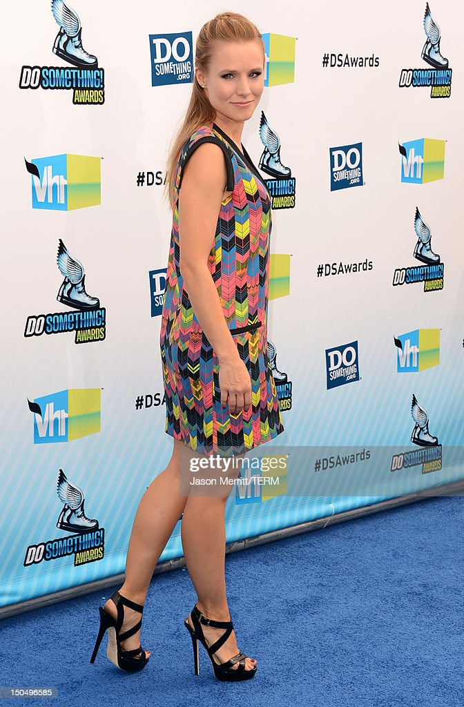 Actress Kristen Bell arrives at the 2012 Do Something Awards at Barker Hangar on August 19, 2012 in Santa Monica, California.