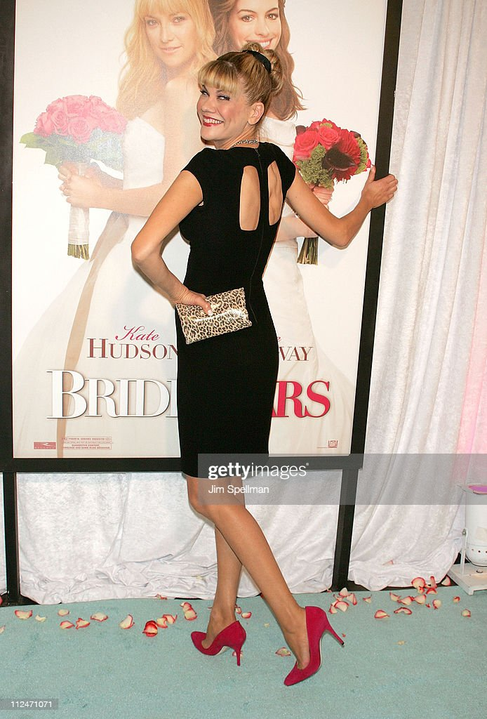 Actress <a gi-track='captionPersonalityLinkClicked' href=/galleries/search?phrase=Kristen+Johnston&family=editorial&specificpeople=680408 ng-click='$event.stopPropagation()'>Kristen Johnston</a> attends the premiere of 'Bride Wars' at the AMC Loews Lincoln Square on January 5, 2009 in New York City.