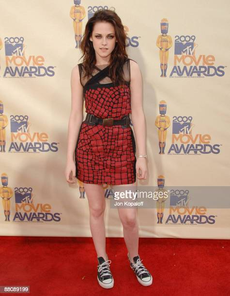 Actress Kristen Stewart arrives at the 2009 MTV Movie Awards Arrivals at the Gibson Amphitheatre on May 31 2009 in Universal City California