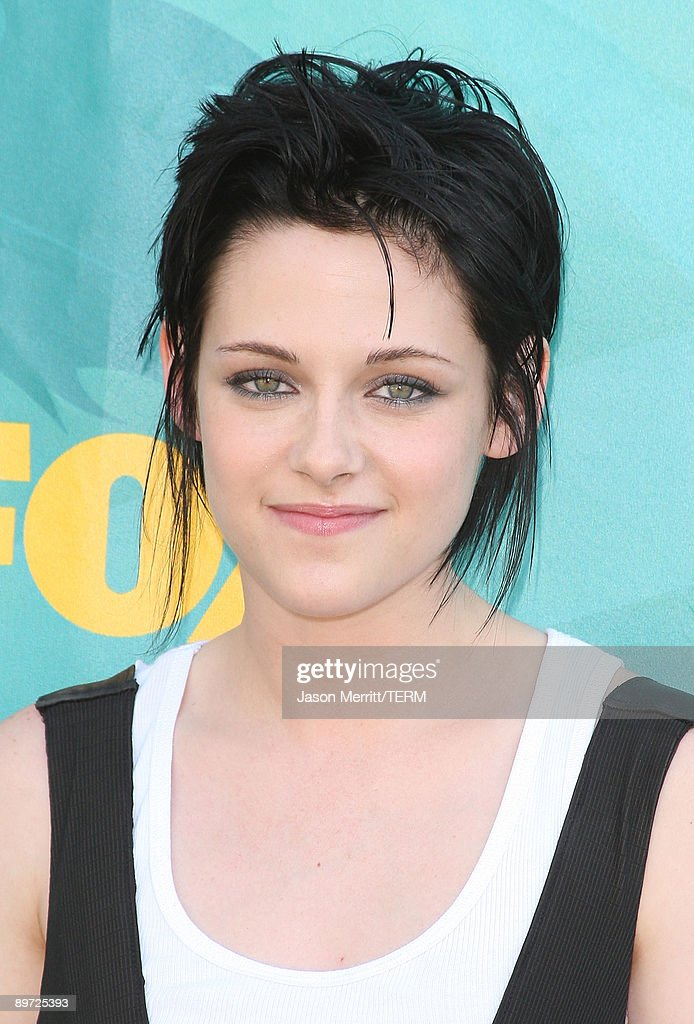 Actress <a gi-track='captionPersonalityLinkClicked' href=/galleries/search?phrase=Kristen+Stewart&family=editorial&specificpeople=2166264 ng-click='$event.stopPropagation()'>Kristen Stewart</a> arrives at the 2009 Teen Choice Awards held at Gibson Amphitheatre on August 9, 2009 in Universal City, California.