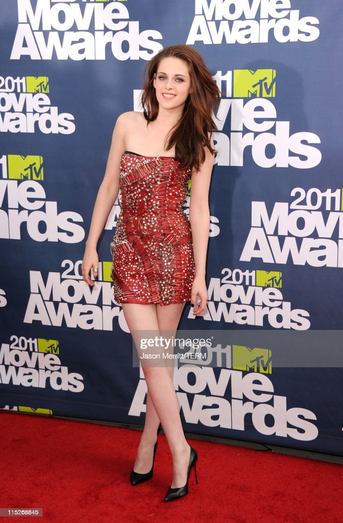 Actress <a gi-track='captionPersonalityLinkClicked' href=/galleries/search?phrase=Kristen+Stewart&family=editorial&specificpeople=2166264 ng-click='$event.stopPropagation()'>Kristen Stewart</a> arrives at the 2011 MTV Movie Awards at Universal Studios' Gibson Amphitheatre on June 5, 2011 in Universal City, California.