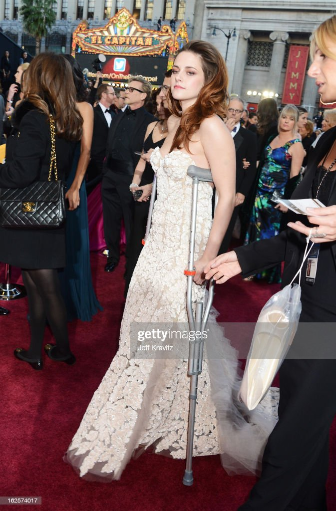 Actress <a gi-track='captionPersonalityLinkClicked' href=/galleries/search?phrase=Kristen+Stewart&family=editorial&specificpeople=2166264 ng-click='$event.stopPropagation()'>Kristen Stewart</a> arrives at the Oscars at Hollywood & Highland Center on February 24, 2013 in Hollywood, California.