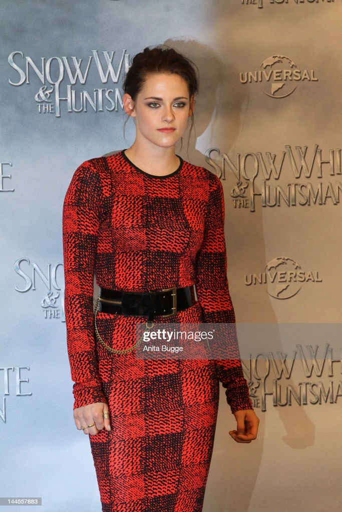 Actress <a gi-track='captionPersonalityLinkClicked' href=/galleries/search?phrase=Kristen+Stewart&family=editorial&specificpeople=2166264 ng-click='$event.stopPropagation()'>Kristen Stewart</a> attends the 'Snow White And The Huntsman' photocall at Ritz Carlton Hotel on May 16, 2012 in Berlin, Germany.