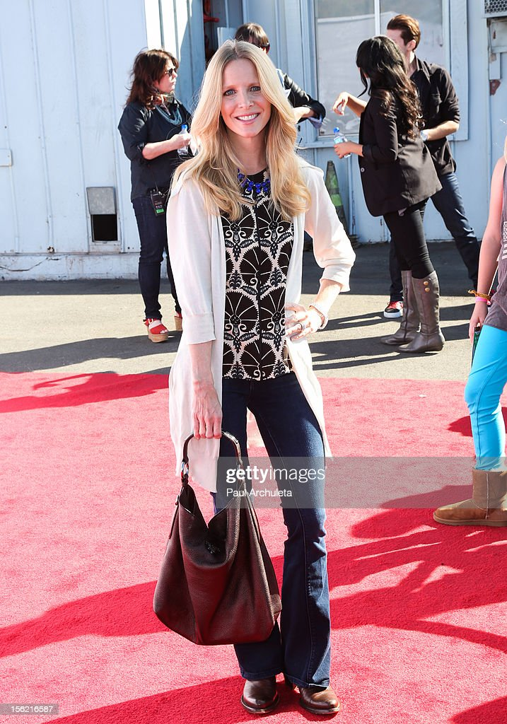 Actress Laurie Lee Bell attends the 14th anniversary of P.S. Arts Express Yourself gala at Barker Hangar on November 11, 2012 in Santa Monica, California.