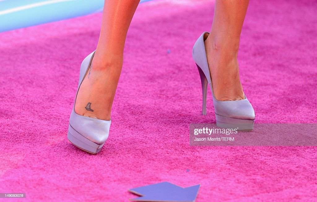 Actress Lea Michele (fashion detail) arrives at the 2012 Teen Choice Awards at Gibson Amphitheatre on July 22, 2012 in Universal City, California.