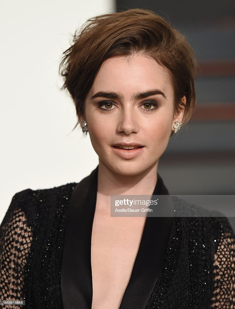 Actress <a gi-track='captionPersonalityLinkClicked' href=/galleries/search?phrase=Lily+Collins&family=editorial&specificpeople=3520243 ng-click='$event.stopPropagation()'>Lily Collins</a> arrives at the 2015 Vanity Fair Oscar Party Hosted By Graydon Carter at Wallis Annenberg Center for the Performing Arts on February 22, 2015 in Beverly Hills, California.